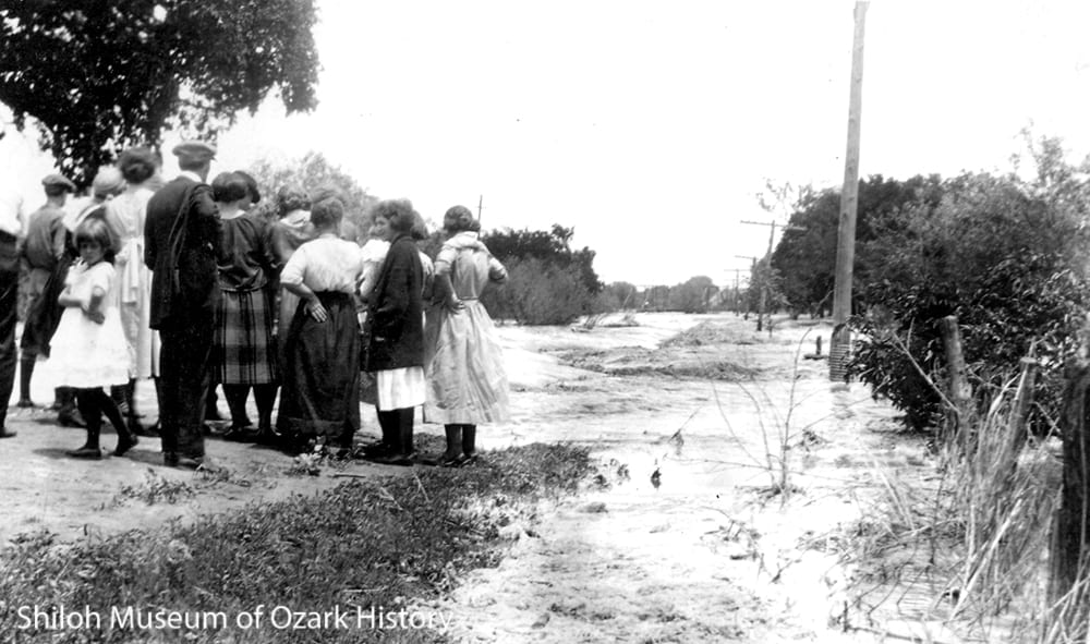 Residents watch the flooding of the West Fork of the White River, near Brentwood (Washington County), April 15, 1927.